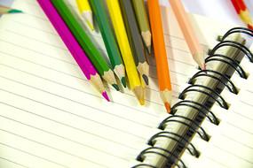 彩色铅笔和笔记本