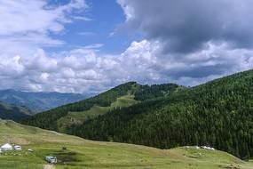 高山草原蓝天白云风光