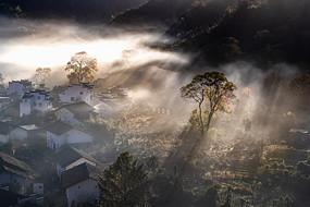 鸟瞰美丽的山村晨景