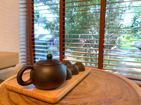 室内木桌上的中式茶壶和茶杯