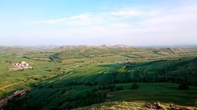 草原丘陵上的村落和梯田