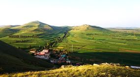 从山顶俯瞰草原丘陵村落和梯田