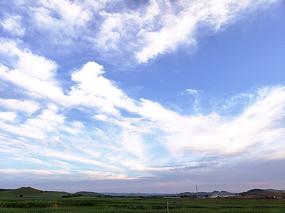 蓝天白云和草原村落