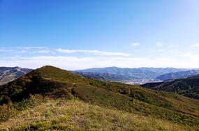 蓝天白云下的秀丽的群山和村落