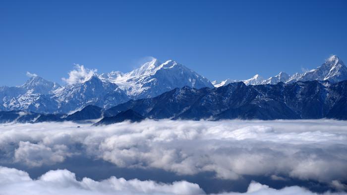 红岩顶云海之上的贡嘎和中山峰及爱德嘉峰