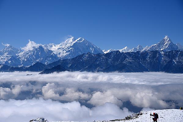 遥望云海之上的贡嘎中山峰和爱德嘉峰
