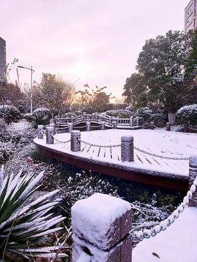 朝阳下的雪中小桥栈道
