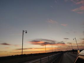 道路前方的夕阳风光
