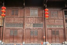 传统木楼挂灯笼