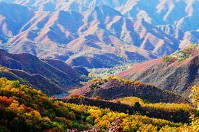 秋天的山谷与小村庄