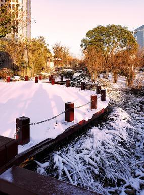 白雪覆盖的木栈道