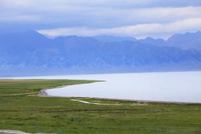 山脚下纯净的湖水