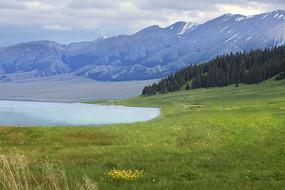 夏季山脚下的湖水