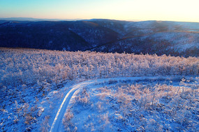大兴安岭林海雪原山路暖阳