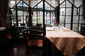 高档酒店餐桌花格窗