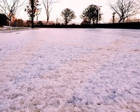 冰雪下隐约露出的道路黄线