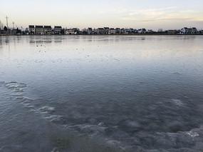 寒冷清晨冰面