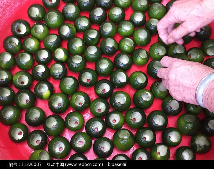 柑普茶制作-处理中的新会柑子图片