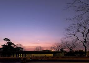 凌晨地下车库上方的落月和彩霞