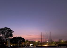 凌晨天边的彩霞和弯月