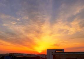 楼顶壮美的日出和朝霞