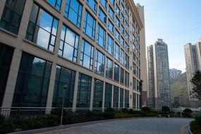 现代建筑的玻璃窗户