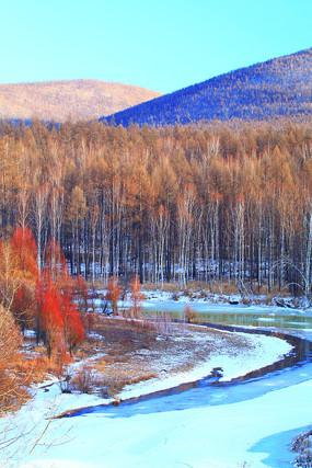 大兴安岭早春雪河树林