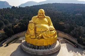 航拍大肚弥勒佛铜像