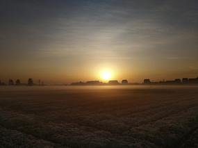 红日薄雾的村庄