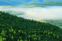 大兴安岭山坳里的山里人家晨雾
