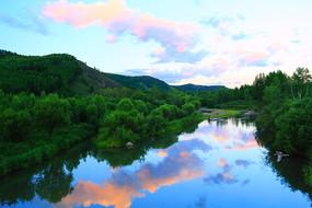 小河树林暮色风景