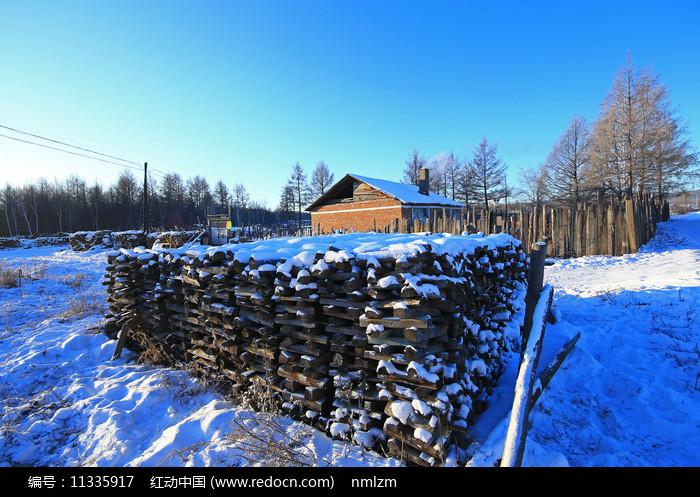 大兴安岭林区极寒中的山村农家图片