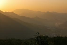 朝阳映衬下的群山轮廓