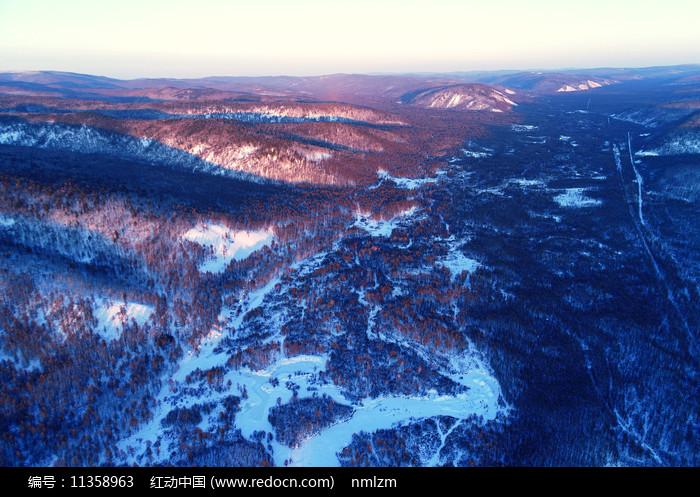 大兴安岭冬季山林夕照雪景图片