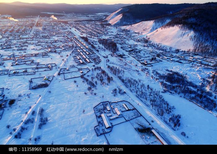 航拍大兴安岭冬季雪村图片
