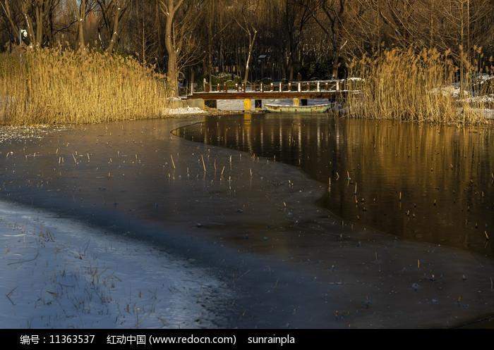晨光下的濟南森林公園涵碧橋圖片