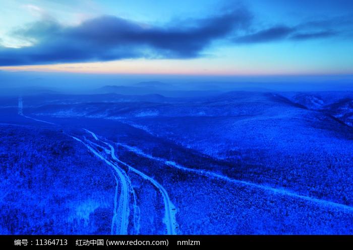 大兴安岭雪域山林山路图片