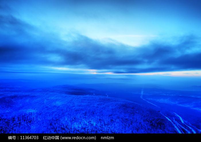 航拍大兴安岭冬季森林雾凇图片