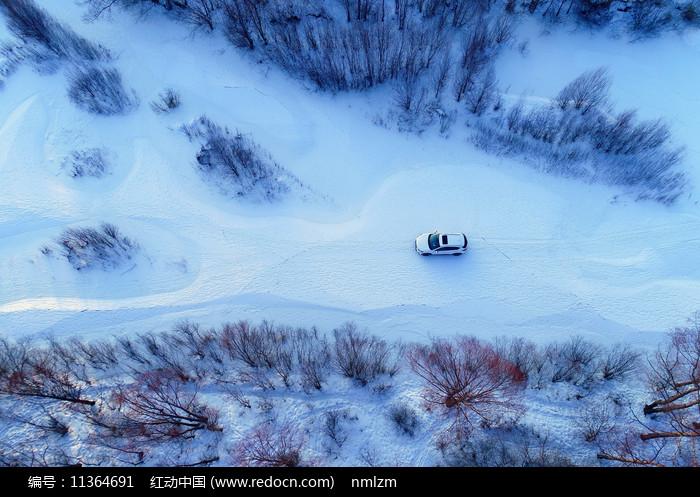 航拍大兴安岭雪原树林越野车图片