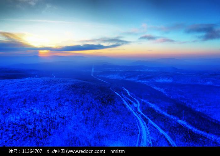 航拍雪域山林山路暮色圖片