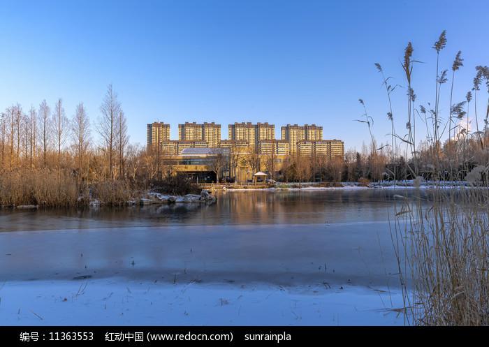 藍天下的攬翠湖冬景圖片