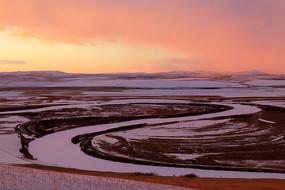 暮色蒼茫的呼倫貝爾雪原河流