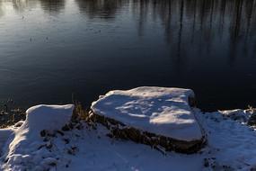 逆光下的湖岸雪景