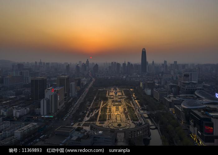 济南泉城广场日落图片