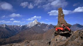 藍天白云下的巴郎山主峰5072峰