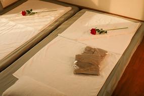 按摩床一次性衣服和玫瑰花