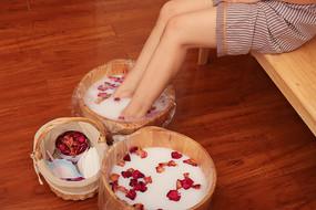 美女玫瑰花牛奶泡脚
