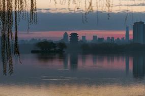 朝阳映衬下的大明湖城市倒影