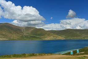 藍天白云下的羊湖