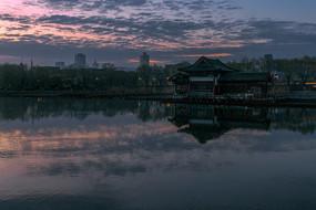 黎明時的大明湖風光